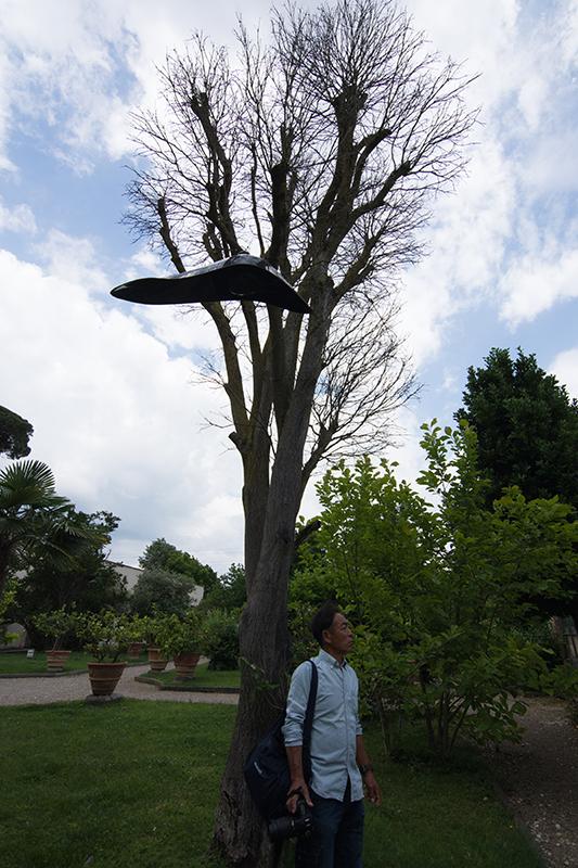 吊るすタイプのスピーカーが木に取り付けれらています。