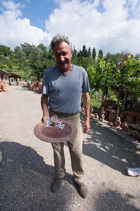 飲み物を運ぶお盆もテラコッタ製