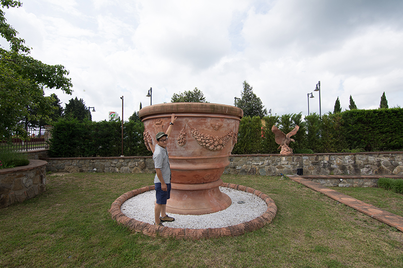 巨大なテラコッタ製植木鉢