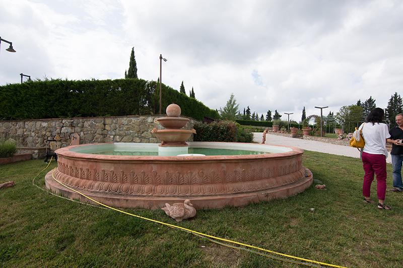 テラコッタ製では珍しい大型噴水