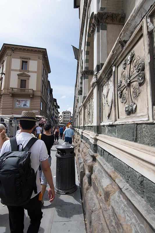 街中の建物に芸術性の高いレリーフが付いている。