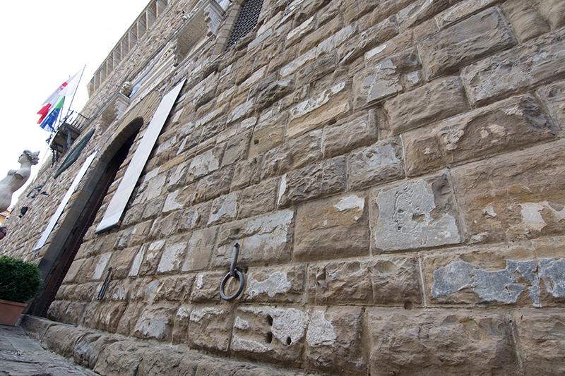 ヴェッキオ宮殿の壁にミケランジェロが書いた落書きがあります。